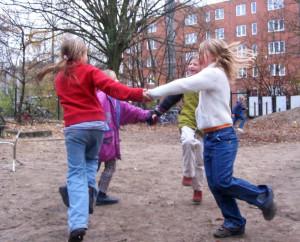 Kinder tanzen im ersten Schnee