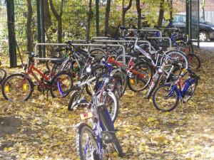 Fahrräder auf dem Schulhof