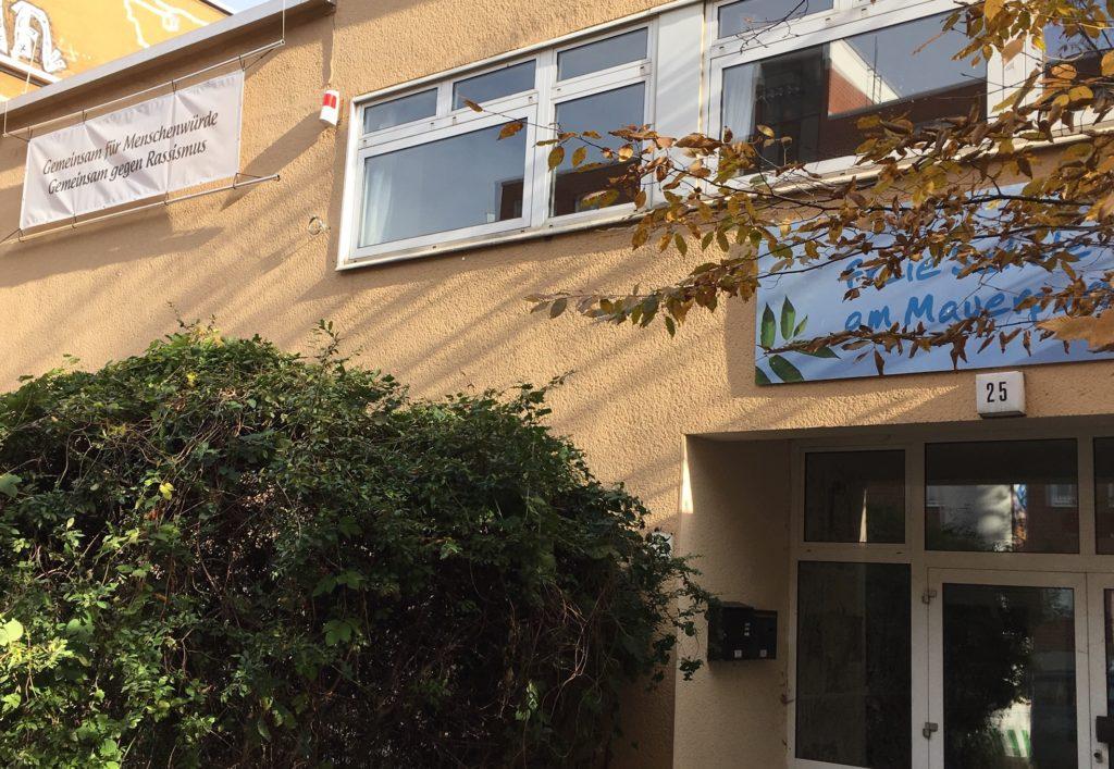 Banner am Eingang der Schule (links oben)